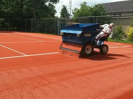 Foto van de vernieuwde tennisbaan