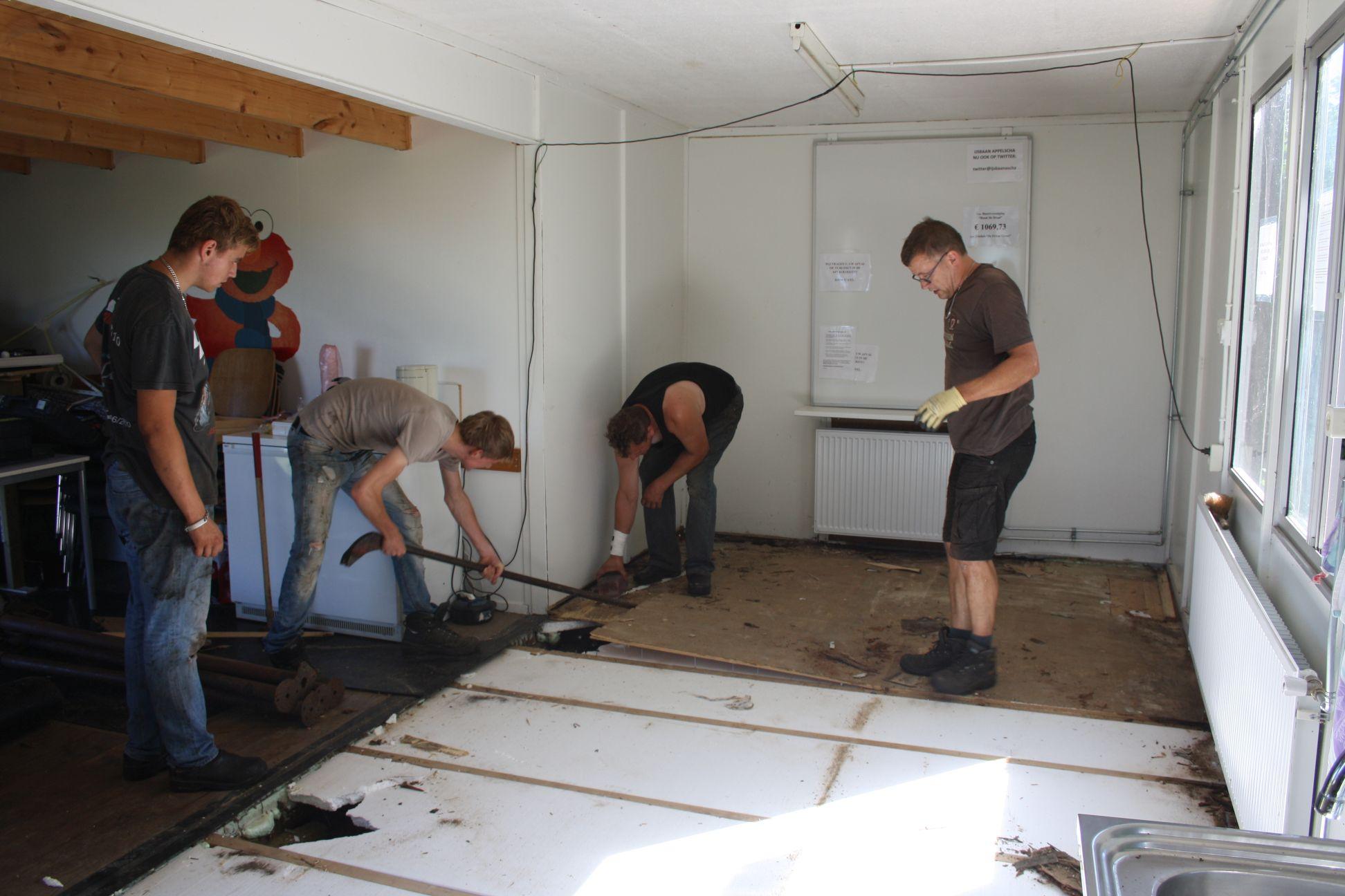 Vrijwilligers aan het werk in clubgebouw IJsclub Appelscha
